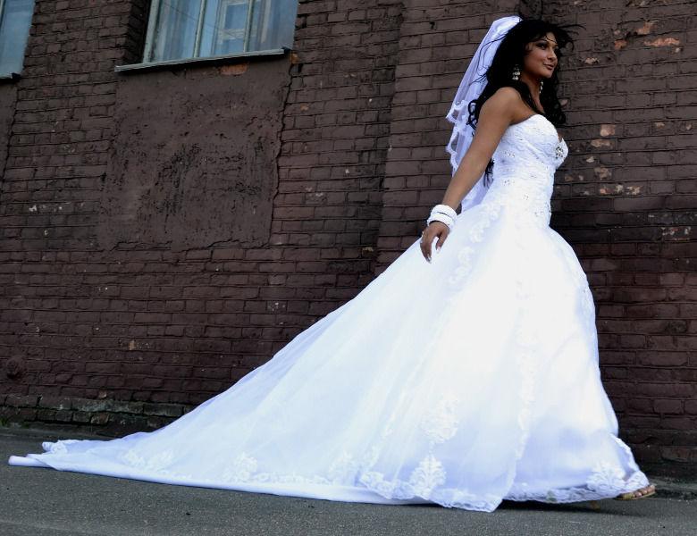 Неважно где будущая невеста хочет купить свадебное платье, в Ярославле или может быть она собирается купить свадебное платье в Уфе, перед выбором